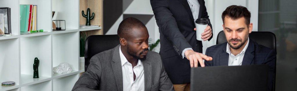 Três sócios de um empresa de sociedade simples discutem sobre suas atribuições e responsabilidades